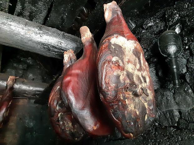Nim powstanie idealnie kruchy nieguszki prszut, zasolona świńska noga musi dojrzewać w bukowym dymie przez minimum pięć miesięcy, a najlepiej przez 1,5 roku