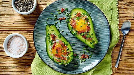 śniadanie białkowo- tłuszczowe