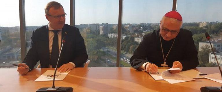 """TVP i episkopat nie chcą upublicznić wspólnej umowy. """"Zagrożenie interesów"""""""