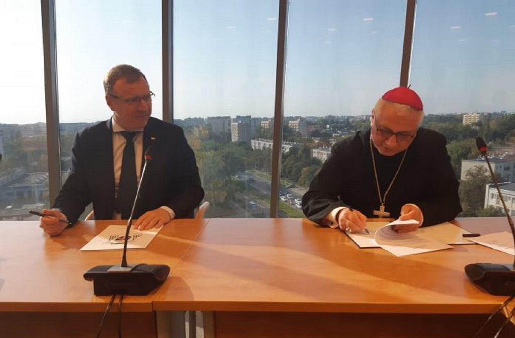 Prezes TVP S.A. Jacek Kurski i biskup Artur Miziński