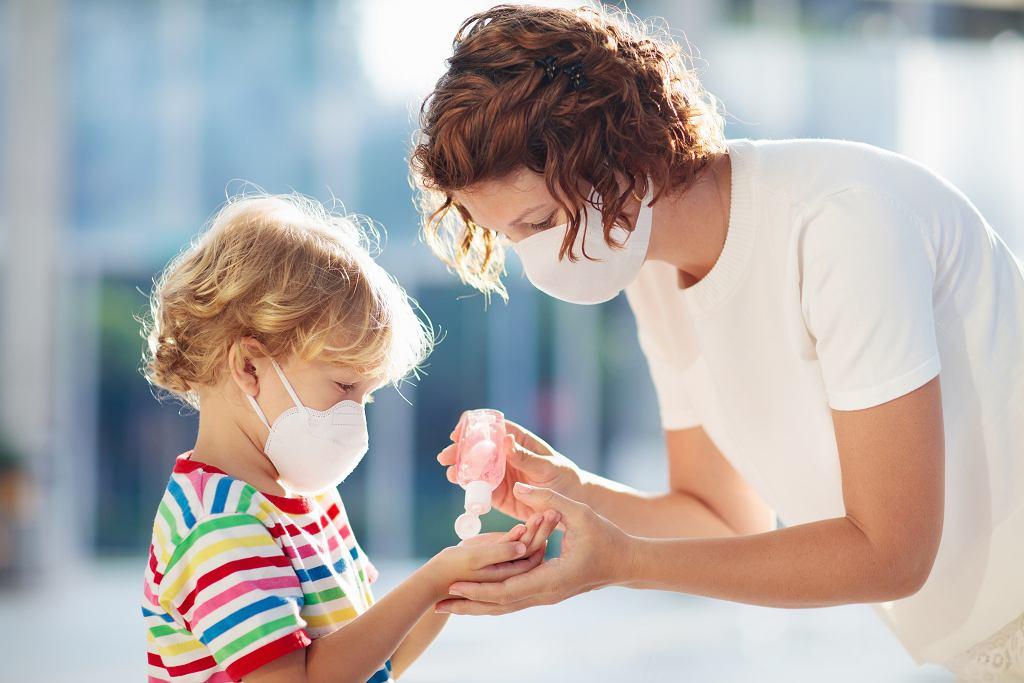 Psycholog radzi, aby wybierać mądre programy informacyjne, które oglądamy w obecności dzieci.