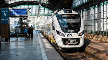Pociąg Kolei Dolnośląskich na Dworcu Głównym we Wrocławiu