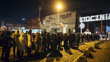 Kolejka przed Europejskim Centrum Solidarności, gdzie wystawiona jest trumna z ciałem Pawła Adamowicza