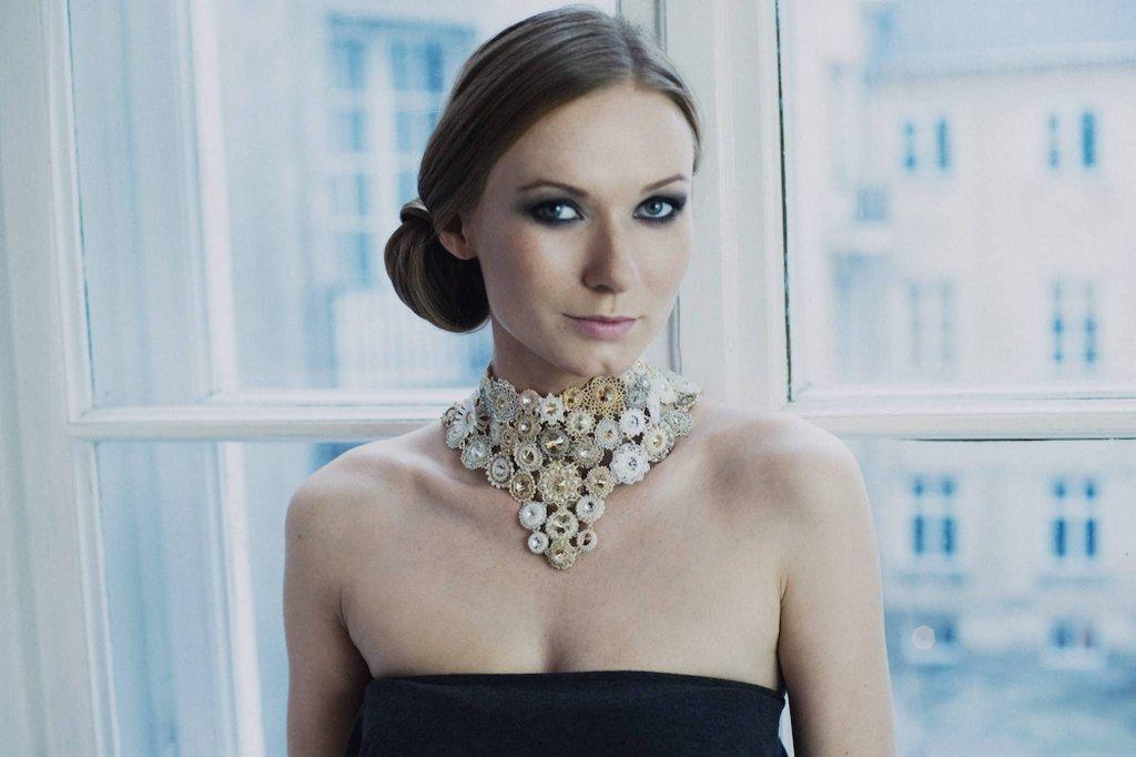 Aktorka Katarzyna Dąbrowska w naszyjniku
