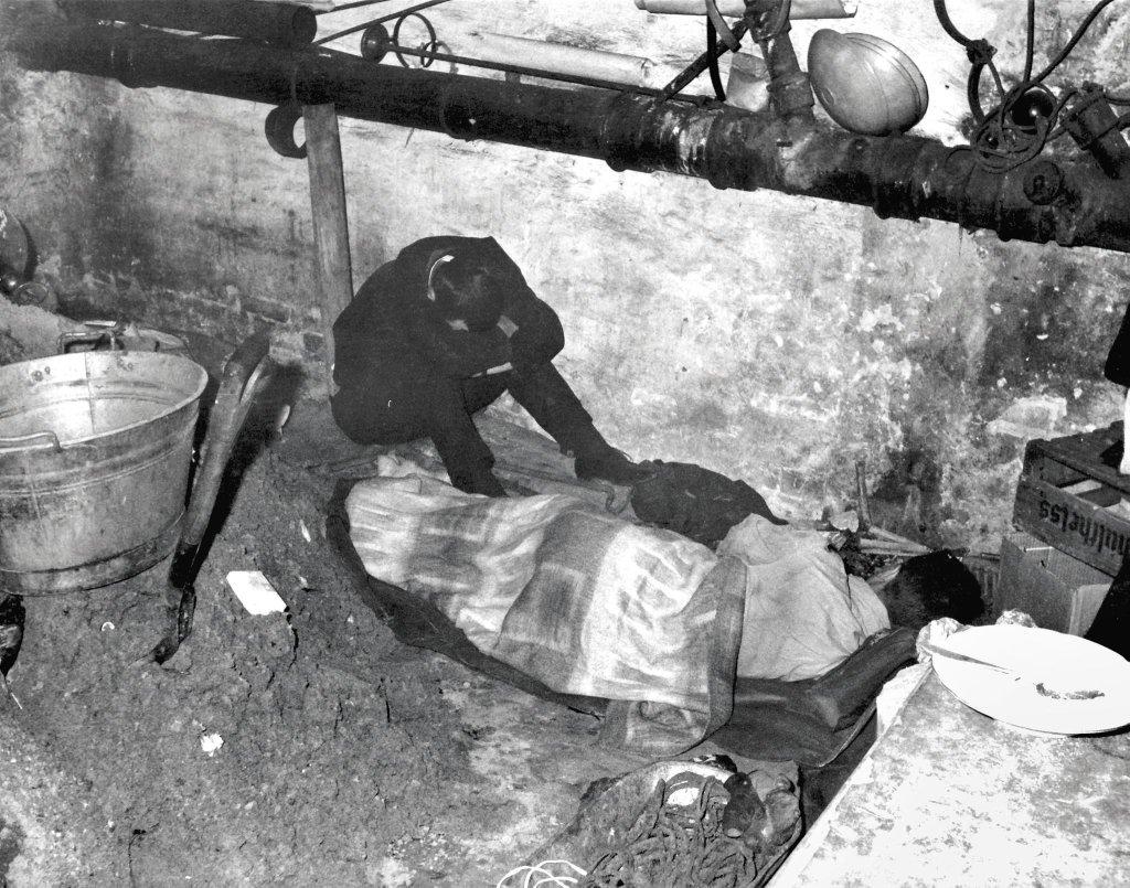 Zachodnio-berlińscy budowniczowie odpoczywają w tunelu, który budują dla uciekinierów z NRD, 1962 r.