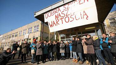 Gimnazjum nr 7. Nauczyciele i rodzice bronią szkoły. Protest