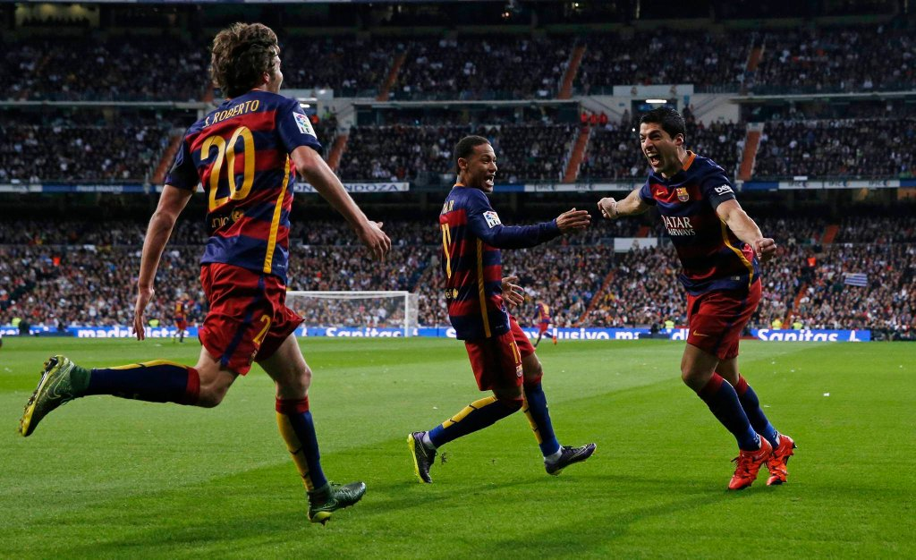 Barcelona pokonała 4:0 Real Madryt na Santiago Bernabeu w spotkaniu 12. kolejki Primera Division. Zobacz radość piłkarzy