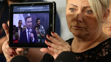 8 maja. Iwona Hartwich pokazuje na tablecie wyborcze obietnice Andrzeja Dudy