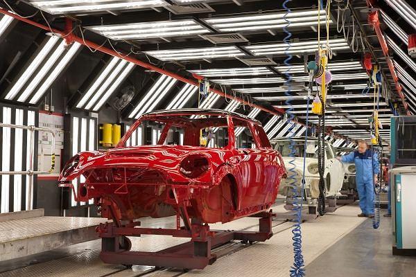 Polerowanie karoserii w fabryce w Cowley,