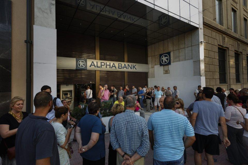 Kolejka do bankomatu w Grecji