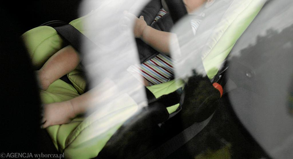 Dziecko zamknięte w samochodzie (zdjęcie ilustracyjne)