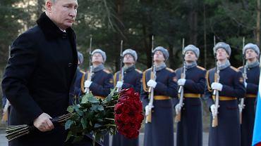 18.01.2020 r., Petersburg, Władimir Putin składa kwiaty na cmentarzu ofiar oblężenia Leningradu w 77. rocznicę tego wydarzenia.