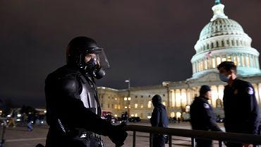 Godzina policyjna w Waszyngtonie. Z Kapitolu usunięto zwolenników Trumpa, którzy wtargnęli do budynku