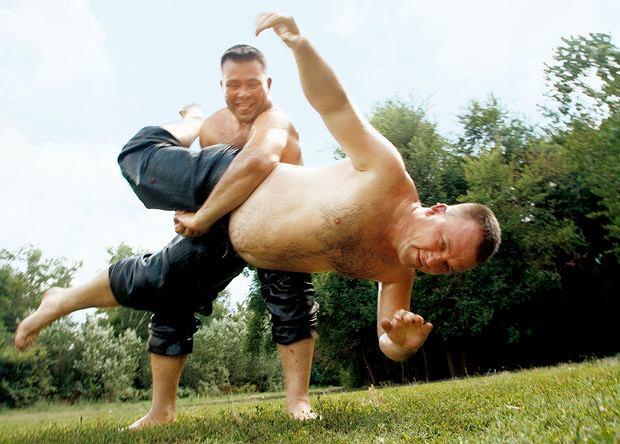 Mój pierwszy raz: tureckie zapasy, sport, mój pierwszy raz, Nie szarp się, to tylko trening.