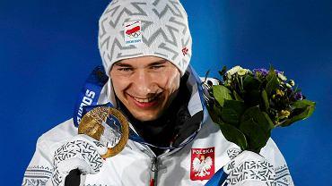 Kamil Stoch ze złotym medalem olimpijskim wywalczonym na normalnej skoczni w Soczi. Polak w niedzielę oddał dwa kapitalne skoki (105,5 i 103,5 metra) i wygrał z ogromną, prawie 13-punktową przewagą. Drugie miejsce zajął Peter Prevc ze Słowenii, trzecie Anders Bardal z Norwegii.
