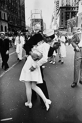 Słynny pocałunek pielęgniarki i marynarza ma kontrowersyjny wydźwięk