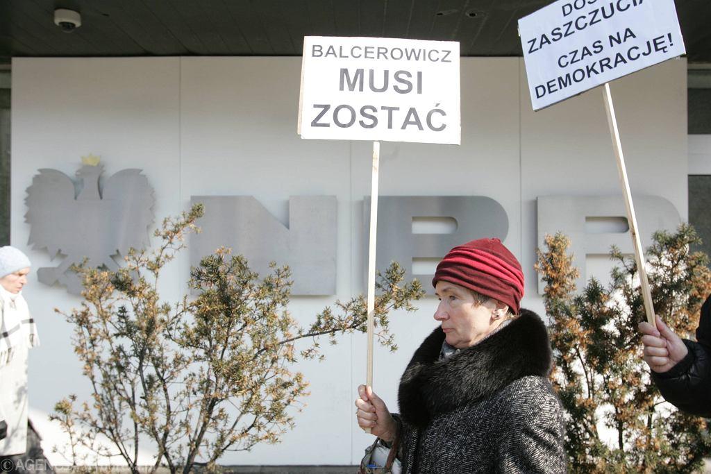 Pikieta działaczki Partii Demokratycznej po odejściu Balcerowicza z NBP, marzec 2006