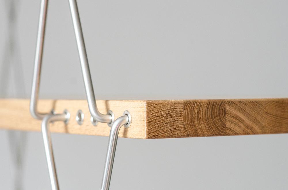 Regał ze zmienną wysokością zaprojektowany przez Rajmunda Teofila Hałasa, a ponownie wyprodukowany przez markę Nowy Model.