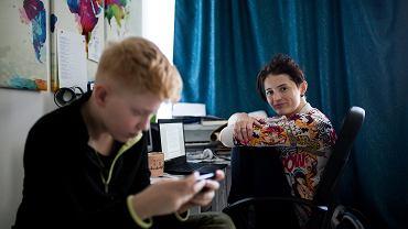 Agnieszka pracuje z domu i jednocześnie opiekuje się synem