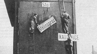 Stalinogród. Zdejmowanie tablicy z napisem na dworcu starym PKP Katowice
