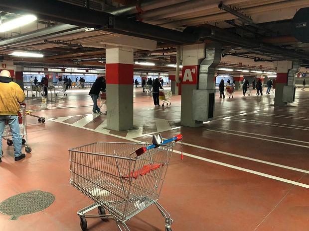 Zakupy w mediolańskim supermarkecie. Ludzie czekają dwie godziny w kolejce