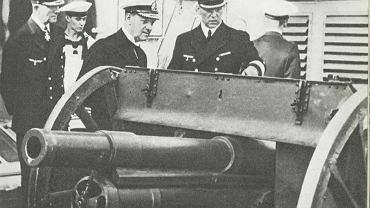 Admirał Erich Raeder podziwia zdobytą polską armatę