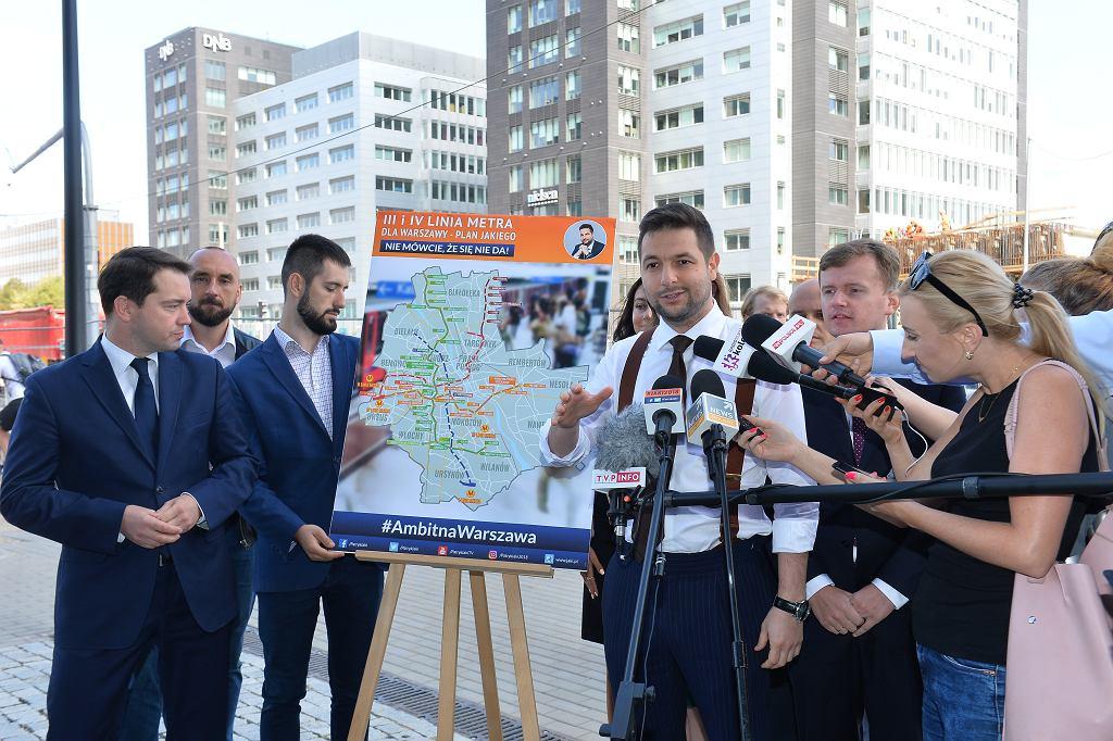 Patryk Jaki podczas konferencji na Służewcu, na której prezentował swoją koncepcję budowy dwóch nowych linii metra.