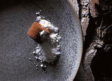 Karmel z fermentowanym czosnkiem, kakao i białą czekoladą - ugotuj