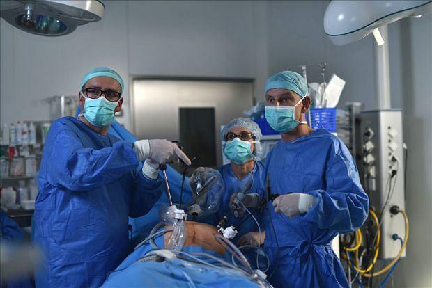 Krioprezerwacja tkanki jajnikowej. Na zdjęciu: prof. Marcin Jóźwik i dr n. med. Paweł Szymanowski podczas zabiegu laparoskopowego