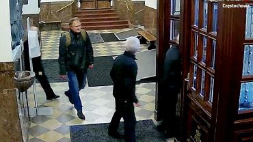 Policjanci z Częstochowy proszą o pomoc w ustaleniu tożsamość mężczyzny, który na Jasnej Górze pobił strażnika klasztoru. Przyczyną agresji było zwrócenie mu uwagi, że nie ma maseczki