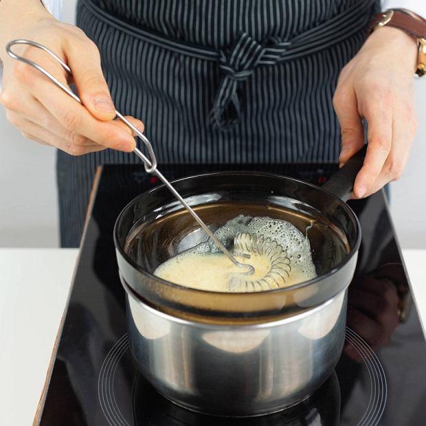 Sos holenderski: cały czas ubijając żółtka, dolewamy płyn zredukcji octu iszalotek, sok zcytryny oraz dodajemy sól.