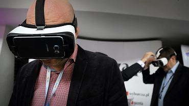 Prezentacja filmu w technice VR na stanowisku Gazety Wyborczej podczas Europejskiego Kongresu Gospodarczego w Katowicach