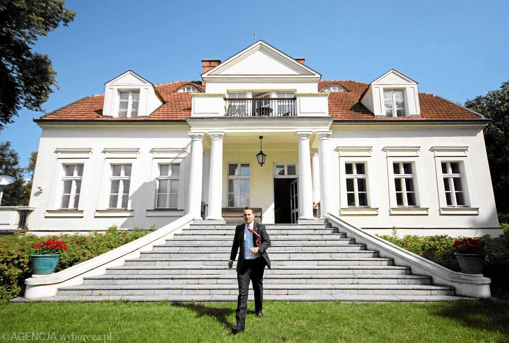 Radosław Sikorski wychodzący ze swojej willi w Chobielinie