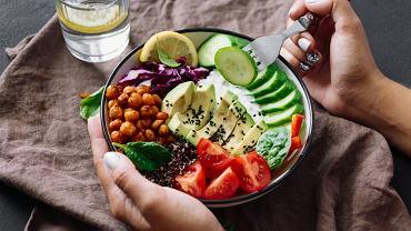 Ortoreksja, czyli obsesja na punkcie zdrowego odżywiania sprawia, że człowiek nią dotknięty tak rygorystycznie przestrzega diety, że ta, zamiast skutkować dobrym zdrowiem, staje się przyczyną choroby.