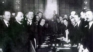 Podpisanie traktatu ryskiego. Z lewej Leonid Obolenski i Adolf Joffe, z prawej Jan Dąbski