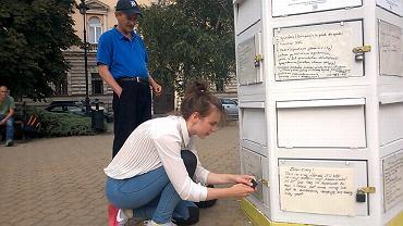 Domni Bezdomni - skrzynka na dary stanęła na pl. Dąbrowskiego. I ludzie faktycznie przynoszą jedzenie, słodycze, ubrania