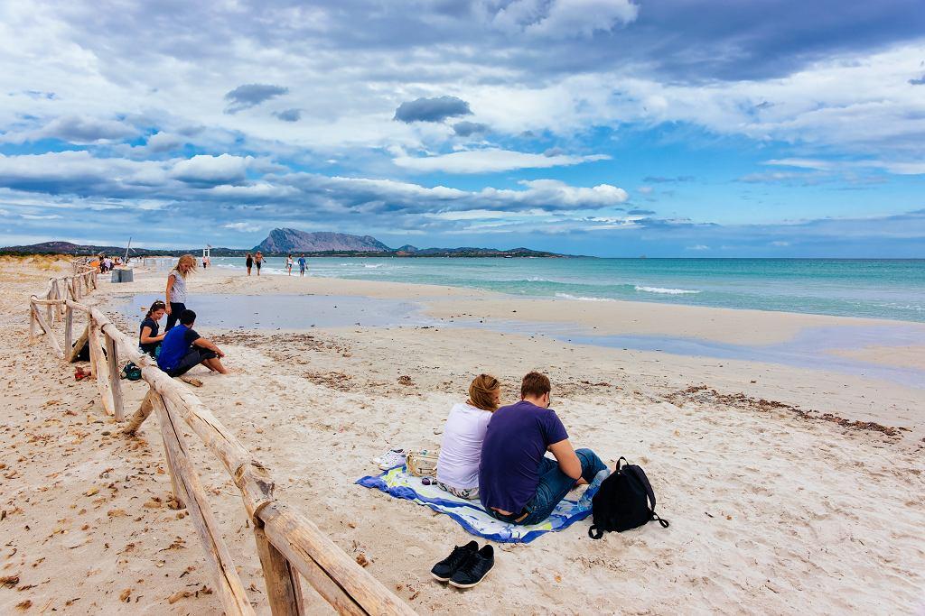 Na Sardynię wróciło 10 ton piasku z tamtejszych plaż