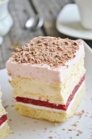 Ciasto z musem malinowym i ajerkoniakiem