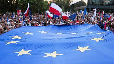Polacy chcą być w Unii. Flaga Unii Europejskiej często pojawia się na demonstracjach opozycji (na zdjęciu protest w Krakowie w lipcu 2018 r. w obronie niezawisłych sądów).