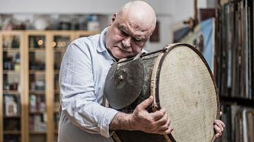 Profesor Andrzej Bieńkowski z bębnem wiejskich muzykantów wykonanym z Tory