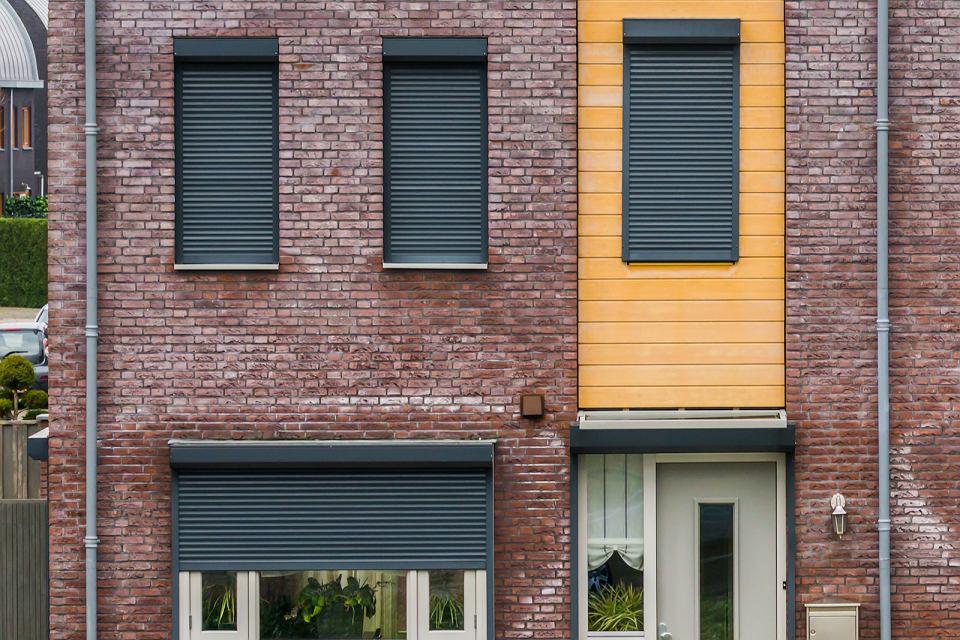 Żaluzje fasadowe. Chłodzą dom latem, chronią przed słońcem i hałasem.