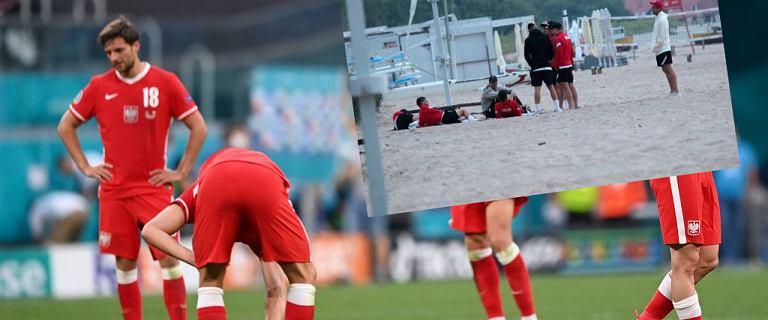 Polscy piłkarze odreagowywali porażkę na plaży. Pojawiła się policja