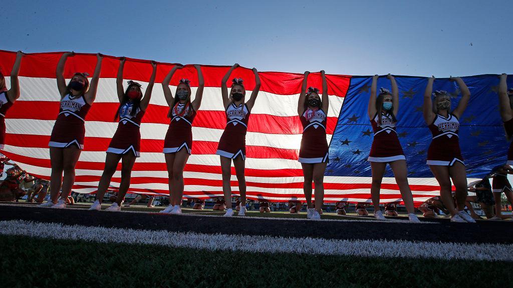 Koronawirus w USA. Mecz futbolu amerykańskiego w szkole średniej.