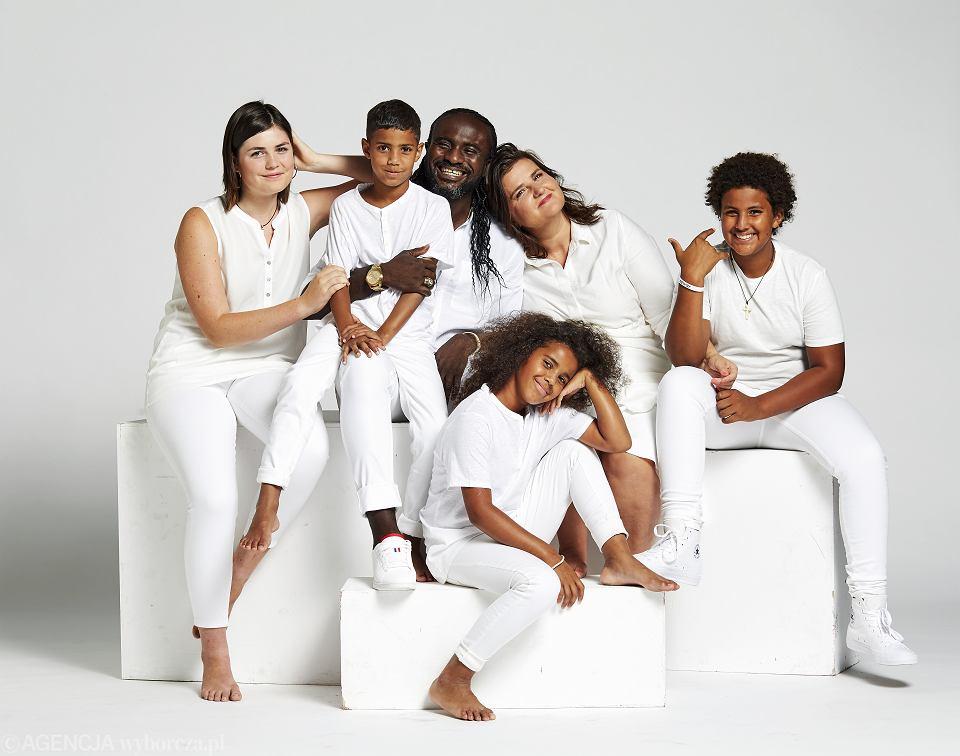 Rodzina Nwolisów, od lewej: Elena (16 lat, córka Lidii z poprzedniego związku), Franek (8 lat), Arinze, Lidia, Bianka (9 lat), Alex (12 lat)