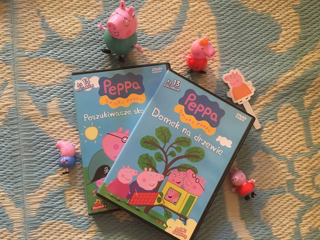 Peppę znajdziemy na płytach DVD, ale nie tylko. Są figurki z serialu, maskotki i mnóstwo innych gadżetów.