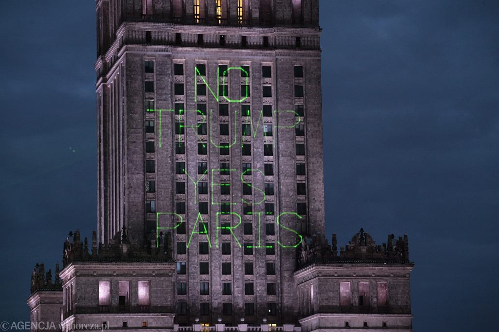 Projekcja Greenpeace na Pałacu Kultury i Nauki