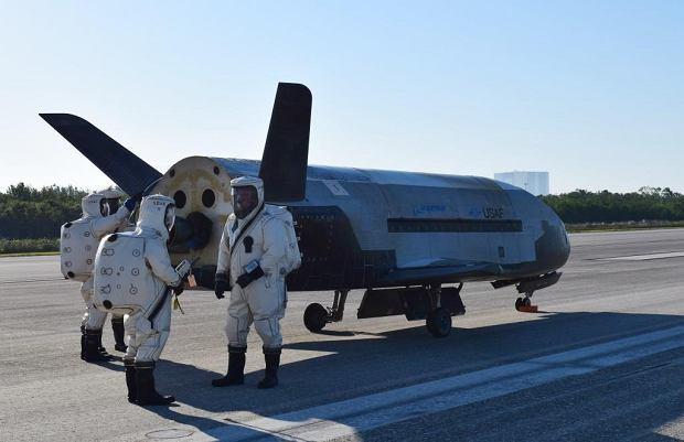 Amerykański bezzałogowy wahadłowiec X-37B po wylądowaniu