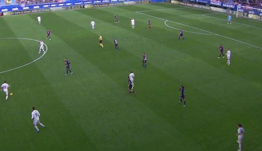 Atak Realu środkiem, bardzo wąskie ustawienie skrzydłowych Eibar.