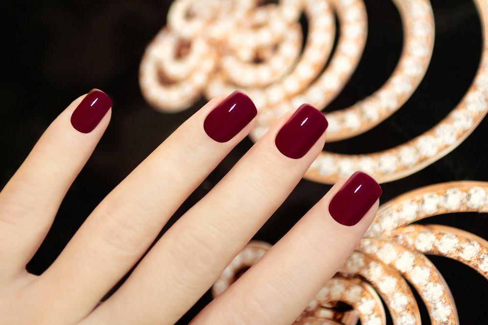Paznokcie na Halloween. Modny manicure idealny na to święto? Postaw na burgund i fiolet