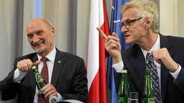 Antoni Macierewicz i Kazimierz Nowaczyk podczas prezentacji 'raportu technicznego' podkomisji Macierewicza. Warszawa, 11 kwietnia 2018